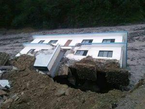 इलाका प्रहरी चाैकी हेलम्बुकाे भवन ढल्याे