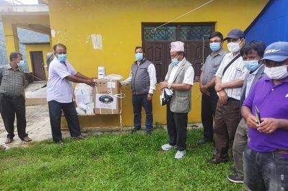 नेविसंघ महामन्त्री तिमल्सिनाद्धारा धुस्कुनमा अक्सिजन कन्सन्ट्रेटर सहित स्वास्थ्य सामग्री बितरण