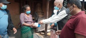 काेराेनाबाट मृत्यु भएका मांखाकाे रत्नबहादुरकाे परिवारलाई काँग्रेसकाे आर्थिक सहयाेग